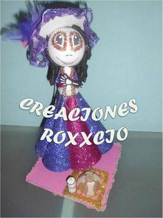 Fofucha Catrina elaborada para una ofrenda su traje es elaborado en fomi con diamantina como detalle adicional hice un pan de muerto y vela