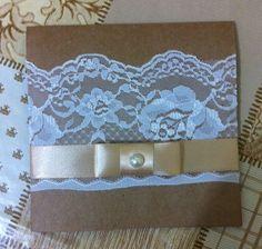 Convite em papel kraft com fechamento em fita de cetim com laço chanel e detalhe em pedra. R$ 3,00