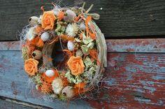 Věneček+jarní+oranžový+Věneček+průměru+asi+22+cm+na+podkladě+obaleném+mechem,+lemovaný+březovou+kůrou.+Zdobený+sušinou,+pěnovými+růžemi,+vajíčky,+sušenou+hortenzií+a+sisalem.+Ve+stejném+stylu+nabízím+zvlášť+malou+dekoraci+na+stůl.+Vhodný+na+dveře+bytu+nebo+do+krytého+exteriéru,+doporučuji+nevystavovat+dešti,+kvůli+sušené+hortenzii.+Možnost+osobního...