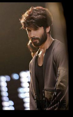 Shahid Kapoor is an Indian Actor who appears in Hindi Movies.He Marries with Mira Rajput and have 2 children.Here we discuss about Shahid Kapoor Biography. Indian Celebrities, Bollywood Celebrities, Bollywood Actress, Peinados Punk Rock, Bollywood Hairstyles, Beard Look, Indian Men Fashion, Mens Fashion, Shahid Kapoor