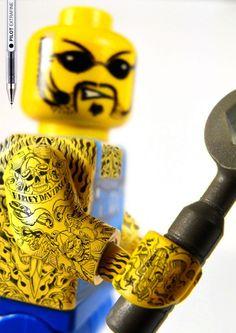 """Publicité pour les stylo billes """"Pilot Extra-fine"""", qui en vante les pointes fines avec de superbes tatouages sur des figurines LEGO. Campagne de publicité réalisée par l'agence Grey (Barcelone). Source: www.ufunk.net"""