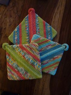Ravelry: Diagonal potholder pattern. Folds in on itself and has just one seam to sew. Free pattern on ravelry.