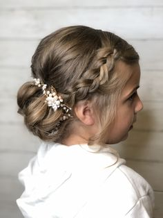 Fun braided updo for the flower girl. Little Girl Wedding Hairstyles, Flower Girl Hairstyles, Princess Hairstyles, Kids Updo Hairstyles, Pretty Hairstyles, Girls Updo, Girls Braids, Flower Girl Updo, Flower Girls