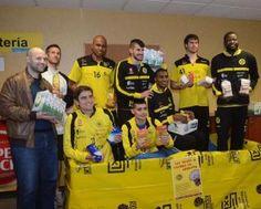 Ayer se entregaron en O Pombal un total de 50 kilos de alimentos para Cáritas donados por el club. // N.P.