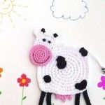 With this pattern by Monika Design you will lear how to knit a Crochet Cow Coaster DIY step by step. It is an easy tutorial about cow to knit with crochet or tricot. Crochet Frog, Crochet Sheep, Cute Crochet, Crochet Motif, Crochet Animals, Crochet Crafts, Crochet Flowers, Crochet Toys, Crochet Baby