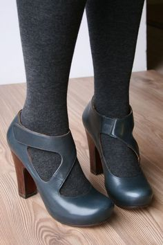 oooh nice!  Blue shoes, grey tights.