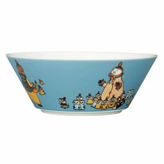 This blue/turquoise Moomin bowl by Arabia from 2012 features Mymble's mother with all her little children. It's beautifully illustrated by Tove Slotte and the images on the bowl can be found in the second Moomin comic book.Complete your collection of Moomin tableware with this wonderful piece. Also see other parts of the Mymble's mother series.Tässä sinisessä/turkoosissa Arabian kulhossa vuodelta 2012 esiintyy Mymmelin äiti kaikkien pienten lastensa kanssa. Kulhon on kauniisti kuvittanut…