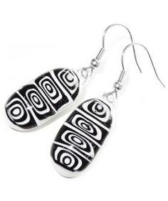 Handgemaakte lange oorbellen van zwart en wit glas!