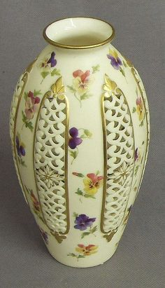 A late century Grainger & Co Royal China Works Worcester vase, the ovoid body with reticulated and floral painted decoration Vase Centerpieces, Vases Decor, Vintage Vases, Antique Vases, Porcelain Ceramics, Porcelain Jewelry, Antique China, Ceramic Painting, Pottery Vase