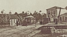 Primeira estação, de Senhora da Hora! A estação situava-se no troço da Linha da Póvoa entre Porto-Boavista e Póvoa de Varzim, que entrou ao serviço em 1 de Outubro de 1875. A linha cruzava o que são hoje as ruas da Lagoa/Estação Velha.