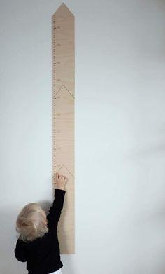 Katseenkestävä ja selkeä pituusmitta, johon mahtuu kirjoittamaan päiviä ja nimiä, jos malttaa.Mitta alkaa 50 senttimetristä ja päättyy 187 senttimetriin. Leveys 10 cm Myydään kirkkaalla Nano1 –puunsuojalla käsiteltynä. Toimitetaan pakettina. Huomioithan, ettei tuote ole lelu, ja ulkonäkö voi poiketakuvan tuotteesta puun ominaisuuksien vuoksi.