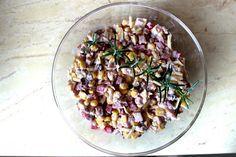 Przepisy Kulinarne: Sałatka z szynką i śliwkami marynowanymi