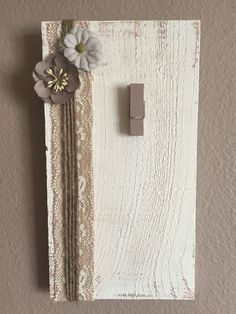 Wood picture holder in vanilla white with tan decorative style flowers, perfect for that special picture! Painted too have a distressed look. Wood left in natural state so it still contains all normal lines, splits, and texturing. Hanging Photos, Hanging Signs, Photo Hanging, Picture Frame Crafts, Wooden Picture Frames, Painted Clothes Pins, Clothes Pin Frame, Palette Deco, Picture Holders