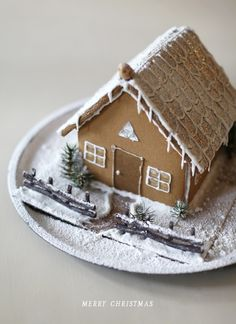 Sprinkle powdered sugar over the gingerbread house ro make it look like snow Scandi Christmas, Christmas Gingerbread House, Natural Christmas, Noel Christmas, Christmas Goodies, Christmas Baking, Beautiful Christmas, Winter Christmas, All Things Christmas