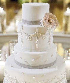 17 Simply Amazing Wedding Cakes - MODwedding