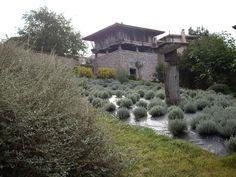 San Román de Candamo, Asturias, hórreo en el barrio de La Fontina.