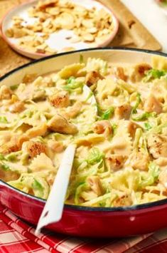Farfalle-Pfanne mit Hähnchen Pasta recipes, like our chicken Farfalle pan, are perfect for your lunch box! Dishes can be reheated quickly and easily, but they also taste cold when you need them quickly. Pasta Recipes, Chicken Recipes, Dinner Recipes, Shrimp Recipes, Farfalle Recipes, Chicken Ideas, Egg Recipes, Free Recipes, Vegetarian Recipes