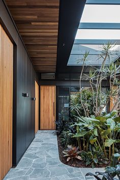 The Cove House by Justin Humphrey Architect in Brisbane, Australia is a luxurious modern home with a very fluid interior design. Design Exterior, Interior And Exterior, Timber Battens, Timber Cladding, Crazy Paving, Modern House Design, Interior Architecture, Ancient Architecture, Sustainable Architecture
