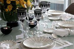 Essa mesa uniu duas coisas que adoro, a porcelana moderna em tons de branco/preto/dourado e o arranjo clássico de rosas e orquídeas. O resultado ficou lindo!