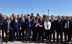 Hier matin, le comité officiel olympique de la candidature pour les JO 2024 à Paris, était en déplacement à Marseille pour découvrir le site des épreuves de voile, qui en cas de victoire de la candidature française se dérouleront dans la cité phocéenne. Une délégation impressionnante d'élus et de sportifs était de sortie le 25