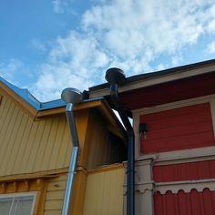 Varmaankin yleisin ratkaisu sadevesien ohjaukseen perintökohteissa on konesaumattuun peltikattoon tehdyt perinteiset jalkarännit ja peltiset syöksytorvet. Jalkaränni toteutetaan taivuttamalla kattopelti pystyyn terävän kolmion muotoisesti ja juoksettamalla muodostuva jalkaränni räystään suuntaisesti niin että keskikohta on korkeammalla kuin reunat. Näin vesi juoksee katon kulmiin ja ohjataan sieltä syöksytorviin. Jalkarännien parhaat puolet ovat kattoon maastoutumisen lisäksi se että rännit…