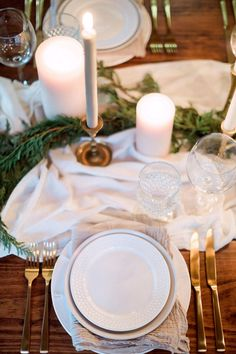 Soft fabric, gold flatware, tablesetting. Minimal, rustic, classic. Photography: Hunter Ryan Photo - hunterryanphoto.com   Read More on SMP: http://www.stylemepretty.com/living/2016/12/09/a-cozy-candlelit-holiday-gathering/