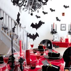 Here are some chic ideas for those of you who want to become vampires this Halloween and host a gorgeous bloody party. Vampire Theme Party, Vampire Halloween Party, Halloween Dinner, Halloween Birthday, Halloween Party Decor, Halloween Themes, Halloween Crafts, Happy Halloween, Birthday Parties