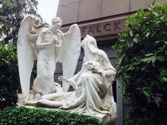 Una pietà con angelo annunciante è alla base della piramide costruita per la famiglia di Giorgio Enrico Falk, che nel 1906 fondò la società di acciaierie a Sesto san Giovanni.
