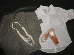 Peças metalizadas adquiridas em comprinhas. Colar de pedras, tricô metalizado, sapatilha Dumont, e camisa com detalhes metalizados.