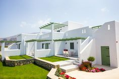 terrasse moderne grecque avec de l'herbe verte