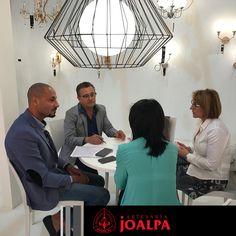 Siempre encantados de recibir la visita de clientes y amigos internacionales #FieraMilano17 #Joalpa #FieraMilano #lamp #light #deco #designinterior #interiordesign #luxury #artesania #art #Euroluce #Euroluce17