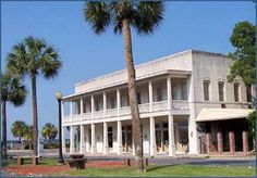 The historic Riverview Hotel offers water views, a restraurant, and a saloon.