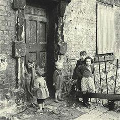 Ireland, Dublin, Circa Children in the slums of Cumberland Street, Dublin Get premium, high resolution news photos at Getty Images Dublin Street, Dublin City, Antique Photos, Vintage Photos, Vintage Artwork, Oscar Wilde, Photos Du, Old Photos, Ireland Homes
