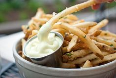 Parmesan, garlic, &chili fries with aioli Looks so YUMMy I wish I could eat these! I Love Food, Good Food, Yummy Food, Mcdonalds, Garlic Parmesan Fries, Garlic Aioli, Garlic Sauce, Garlic Chicken, Great Recipes
