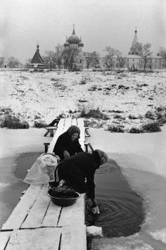 """""""Washerwomen"""" Photo: Henri Cartier-Bresson - Soviet Russia - Suzdal, 1972 Henri Cartier-Bresson was a French photographer considered to be the father of photojournalism. He was the master of candid photography and an early user of 35 mm film. Magnum Photos, Candid Photography, Street Photography, Great Photos, Old Photos, Henri Cartier Bresson Photos, Fotografia Social, Walker Evans, Robert Doisneau"""