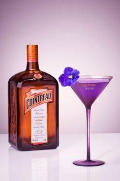 Dita Von Teese a créé le Cointreau Teese, un cocktail Cointreau coeur de violette.    Recette du cocktail :  Verser dans un shaker :  - 4 cl de Cointreau  - 2 cl de jus de pomme  - 1,5 cl de sirop de violette Monin  - 1,5 cl de jus de citron jaune frais    Shaker puis verser dans une verre à cocktail. Passer délicatement du gingembre sur le contour du verre. Ponctuer par une fleur de violette comestible.