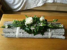 Discover thousands of images about Single rose arrangement - diy Christmas Flower Arrangements, Christmas Flowers, Floral Arrangements, Christmas Crafts, Deco Floral, Arte Floral, Floral Design, Art Floral Noel, Deco Table Noel