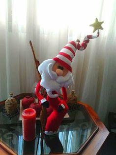 SANTAS ESTILIZADOS Christmas Characters, Snowman Ornaments, Elf On The Shelf, Coca Cola, Santa, Holiday Decor, Ideas, Fabric Christmas Ornaments, Felt Christmas Decorations