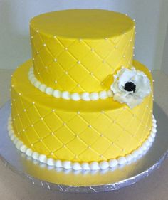 yellow cake - look at how perfectly straight those lines are! excellent!