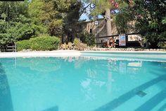 Description: Charmant hotel in het groene en rustige hart van Mallorca   Goede uitvalsbasis Eén van de grote voordelen van Hotel Rural Son Jorda is de ligging in het hart van Mallorca. Een prima keuze alleen al als je van plan bent om de vele mooie plekjes op Mallorca op te zoeken. Maar daarnaast is het een heerlijke groene en rustige plek waar je ook graag dagjes lekker op een ligbedje aan het zwembad zult willen verblijven. Hotel Rural Son Jorda is gevestigd in een eeuwenoud gebouw. Het…
