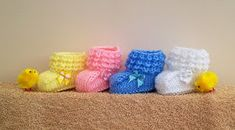 Kriskrafter: Crocodilly Mocs for Newborns - Free Pattern! Been looking for a knit crocodile stitch pattern. Baby Booties Knitting Pattern, Baby Hats Knitting, Crochet Baby Booties, Baby Knitting Patterns, Baby Patterns, Free Knitting, Crochet Patterns, Baby Bootees, Knitting Stitches