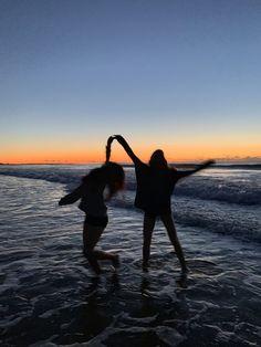 Photos Bff, Best Friend Photos, Summer Pictures, Beach Pictures, Beach Pics, Best Friends Shoot, Shotting Photo, Friend Poses, Friend Beach Poses