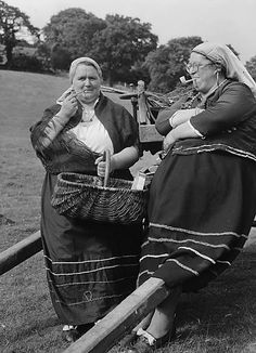 Dolgellay Folk Festival, July, Wales, by Geoff Charles. Love these ladies! Old Pictures, Old Photos, Vintage Photos, Welcome To Reality, Cultural Beliefs, Holidays Around The World, Folk Festival, People Of Interest, Women Smoking