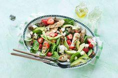 Bij een warme zomerse dag past een verfrissende salade. Vooral deze verrassende combinatie met kip, aardbei, spinazie én kaas.