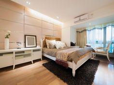 Helle Moderne Schlafzimmer Mit Weißen Schlafzimmermöbel, Helle Holzfußböden  Und Kleine Sitzecke