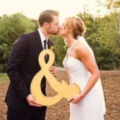 What a cute wedding photo idea