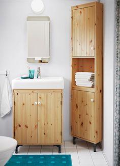 Ein kleines Badezimmer mit SILVERÅN Waschkommode mit 2 Türen und SILVERÅN Eckelement in hellbraun gebeizter massiver Kiefer