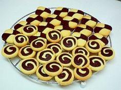 楽天が運営する楽天レシピ。ユーザーさんが投稿した「たっぷりアイスボックスクッキー」のレシピページです。ハッキリ白黒のアイスボックスクッキー。どんな形になるかは、切ってからのお楽しみ*2012/02/26、Pickupレシピとして紹介して頂きました!。クッキー。バター,砂糖,卵(Mサイズ),薄力粉【プレーン】,薄力粉【ココア】,ココアパウダー,バニラエッセンス