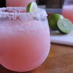 Pink Lemonade Margarita: Pour a can of (thawed) frozen lemonade concentrate Frozen Cocktails, Refreshing Cocktails, Cocktail Drinks, Cocktail Recipes, Frozen Margarita Recipes, Party Drinks, Drink Recipes, Pink Lemonade Margarita, Frozen Lemonade