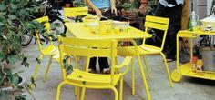 chaise luxembourg_Myhomedesign  En jaune pétard, Fermob nous donne des envies de couleur ... et de barbecue au soleil :)